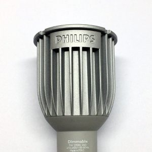 Massive Kühlrippen aus Aluminium einer LED-Lampe.
